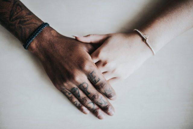 Bracelet et bague : messieurs, comment peaufiner votre look ?